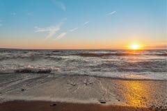 Przy zmierzchem oceanu brzeg Fotografia Stock