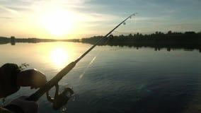 Przy zmierzchem rybak sylwetka hobby, sport zdjęcie wideo