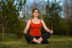 Przy zmierzchu joga medytacją Zdjęcia Royalty Free