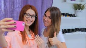 Przybija mistrzowski i jej kliencie bierze selfie przy salonem zdjęcie stock