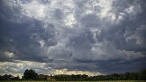 Przybywające burz chmury