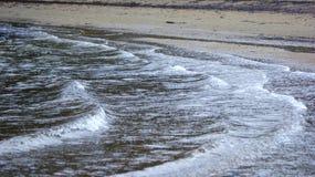 Przybywający przypływ na plaży Obrazy Royalty Free