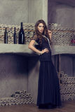 Przychodząca kobieta w plciowej wieczór sukni w wino lochu luz obraz stock