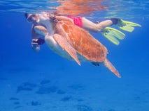 Przychodzić up dla powietrza snorkelling z żółwia Curacao widokami Fotografia Royalty Free