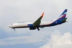 Przychodzić wewnątrz lądować przy Pulkovo samolotu Boeing 737-8LJ ` Mikhail Shchepkin lotniskowym ` VQ-BWE na Aeroflot Obraz Stock
