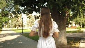 Przychodzi po ja, dziewczyna podr??uje woko?o miasta swobodny ruch dziewczyna z plecakiem i?? parkowa? w he?mofonach i s?ucha zbiory wideo