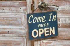 Przychodzimy Wewnątrz ` ponowny Otwieramy na drewnianym drzwi, retro styl Zdjęcie Stock