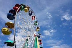 Przyciągania Ferris koło na niebieskiego nieba tle obraz stock