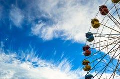 Przyciąganie Ferris toczy wewnątrz jaskrawego niebieskie niebo Zdjęcie Royalty Free