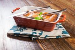Przycina chałupa sera potrawkę w talerzu Zdjęcie Stock
