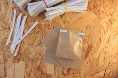 Przycina zespo?u pakuje dla papierowych toreb, dlaczego zamyka? Kraft papierow? torb?, krok po kroku fotografia set zdjęcia royalty free
