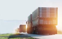 Przyczepa, ciężarówki na asfaltowej drodze w wiejskim dla transportu fotografia royalty free