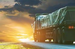 Przyczepa, ciężarówki na asfaltowej drodze w wiejskim dla transportu zdjęcie stock