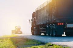 Przyczepa, ciężarówki na asfaltowej drodze w wiejskim dla transportu zdjęcia royalty free