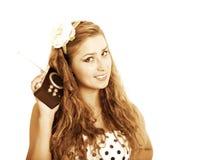 Przyczepia dziewczyny z retro radiem, stonowanym w retro stylu zdjęcie stock