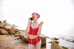 Przyczepia w górę dziewczyny opowiada na telefonie w czerwonym swimsuit Zdjęcie Royalty Free