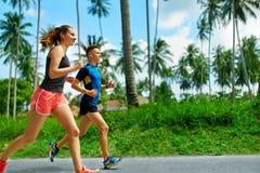przydatność Dysponowany Sportowy para bieg Potomstw pary bieg na zewnątrz target73_1_ dla maratonu sporty H Fotografia Royalty Free