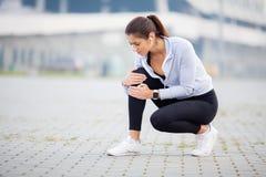 przydatność Sportowe kobiety trzyma kolano ma uraz fotografia stock