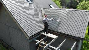 Przydatny m??czyzny domycia dach z wysoko?? naciskiem zbiory wideo