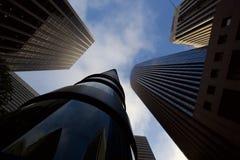 Przyglądający w górę drapacz chmur w San Francisco przy obrazy stock
