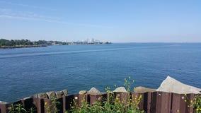 Przyglądający za jeziornym brzeg wzdłuż zdjęcia stock
