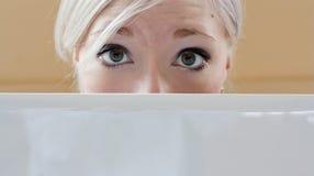 przygląda się dziewczyna chującego laptop nad s Zdjęcia Royalty Free