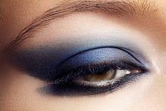 Przygląda się kosmetyka, eyeshadow Zbliżenie mody makijaż obraz royalty free