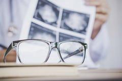 Przygląda się szkła na biurku z plamy tłem doktorski działanie w szpitalu zdjęcie royalty free