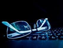 przygląda się szkła na klawiaturze laptop Zdjęcia Stock