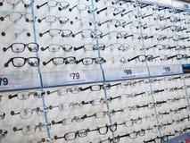 Przygląda się szkła w stojakach dla sprzedaży w okuliści. obraz stock