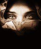 przygląda się tajemniczej zmysłowej kobiety Obrazy Stock