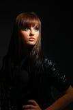 przyglądająca czarni włosy na boku kobieta Zdjęcie Stock