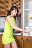 przyglądająca fridge kobieta zdjęcie royalty free