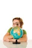 przyglądająca kuli ziemskiej kobieta Zdjęcie Royalty Free
