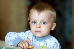 przyglądająca się błękitny chłopiec Fotografia Stock