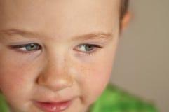 przyglądająca się piękna błękitny chłopiec zdjęcia stock