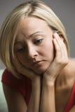 przyglądająca smutna kobieta Obrazy Royalty Free