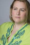 przyglądająca z nadwagą smutna kobieta Fotografia Royalty Free