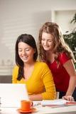 przyglądające komputer uczennicy Zdjęcie Royalty Free
