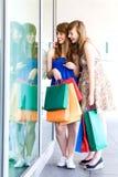przyglądające sklepowe nadokienne kobiety Obrazy Royalty Free