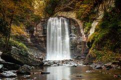 Przyglądającego szkła spadki w Appalachians Pólnocna Karolina w opóźnionej jesieni z spadkiem barwią ulistnienie fotografia stock