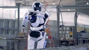 Przyglądający android musztruje swój swój rękę zbiory wideo