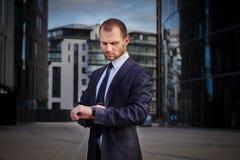 przyglądający biznesmenów zegarki Obrazy Stock