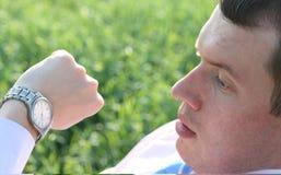 przyglądający biznesmena zegarek Fotografia Stock