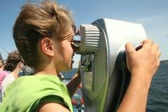 przyglądający chłopiec teleskop Zdjęcie Stock