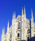 przyglądający Duomo di Milano znaczy Mediolańską katedrę w Włochy, z b Obrazy Royalty Free