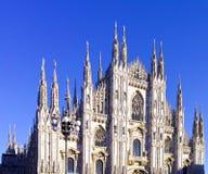 przyglądający Duomo di Milano znaczy Mediolańską katedrę w Włochy, z b Fotografia Stock
