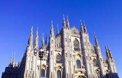 przyglądający Duomo di Milano znaczy Mediolańską katedrę w Włochy, z b Zdjęcia Royalty Free