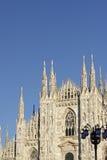 przyglądający Duomo di Milano znaczy Mediolańską katedrę w Włochy, z b Zdjęcia Stock