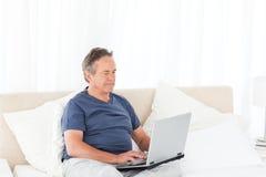 przyglądający laptopu jego mężczyzna Obraz Stock